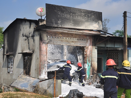 Lực lượng chức năng tham gia chữa cháy tại cửa hàng sơn Nhật Tiến sáng ngày 27.3