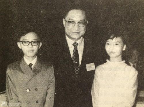 Nhà văn Kim Dung thời trẻ cùng 2 con lớn Tra Truyền Hiệp và Tra Truyền Thi.
