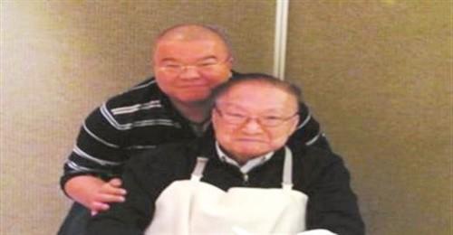 Nhà văn Kim Dung và con trai thứ Tra Truyền Thích trong lễ mừng thọ của ông hôm 10/3.