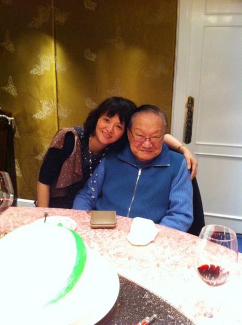 Con con gái út Tra Truyền Nột rất được nhà văn Kim Dung thương yêu, đợc xem là phiên bản Tiểu Long Nữ ngoài đời thường.