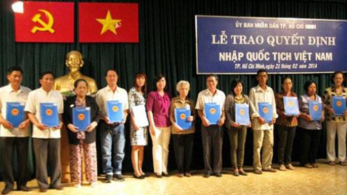 Được nhập quốc tịch Việt Nam là mong mỏi của nhiều kiều bào (Ảnh: Tiền phong)