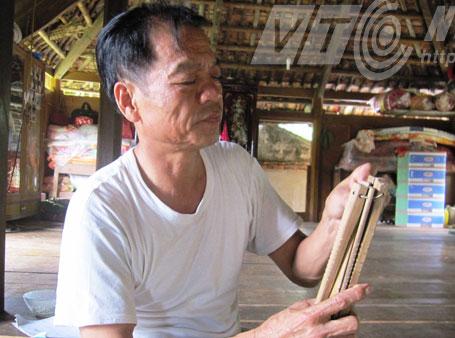 Thầy mo Lựng đang xem lịch Đoi cổ truyền của người Mường Bi