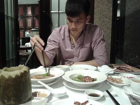Công Vinh dùng một bữa ăn sang trọng và nhớ về món bào ngư, vi cá của Thủy Tiên!