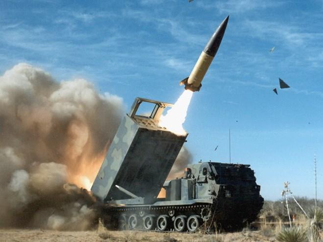 Tổ hợp tên lửa chiến thuật ATACMS. (Nguồn: defenseindustrydaily.com)