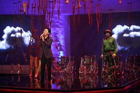 """Ca sĩ Tùng Dương với ca khúc """"Vết chân tròn trên cát"""""""