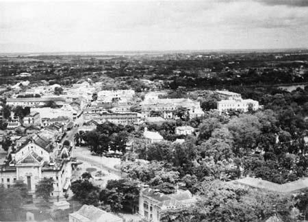 Tháp canh, đài tưởng niệm và nhà ga, chụp năm 1951