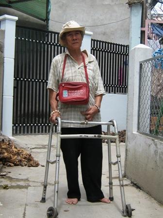 Nghệ sĩ Phi Hùng tuy tuổi cao, chân tay bị tật nguyền nhưng vẫn phải đi bán vé số mưu sinh