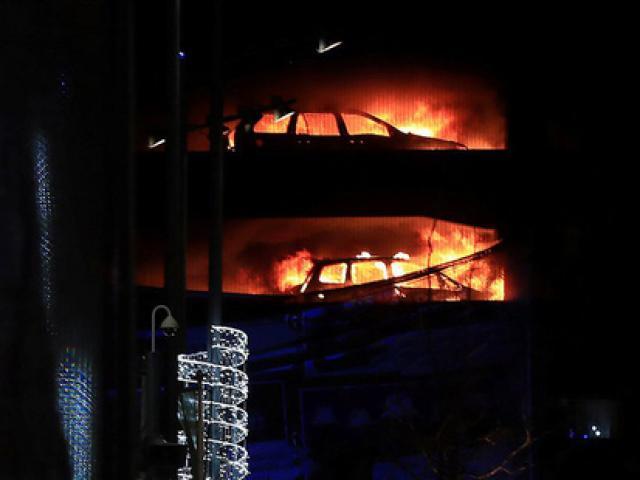 Cháy bãi giữ xe đêm giao thừa, 1.400 ô tô bị thiêu rụi