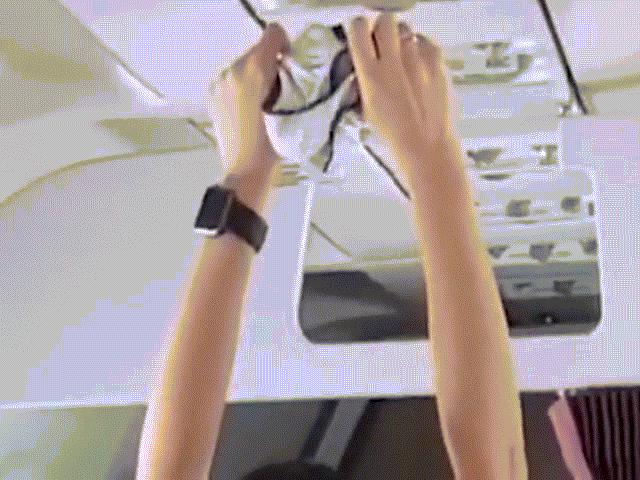 Nữ hành khách sấy quần lót dưới điều hòa máy bay