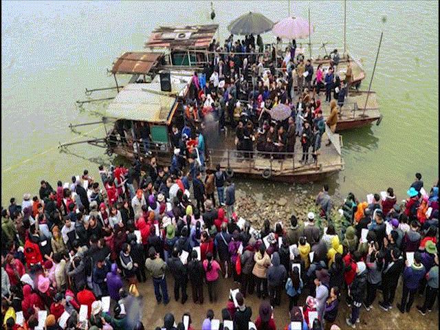 Hà Nội: Cả vạn người dự lễ phóng sinh hơn 5 tấn cá dịp đầu năm