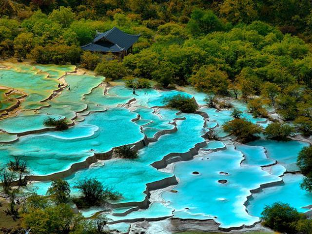 Độc đáo hồ nước nóng ruộng bậc thang đủ màu ở Trung Quốc
