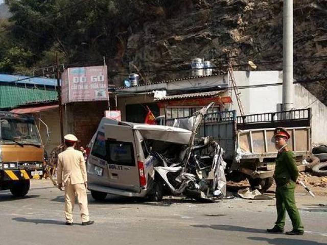 Đâm đuôi xe tải, xe khách bị vò nát, 2 người tử vong tại chỗ