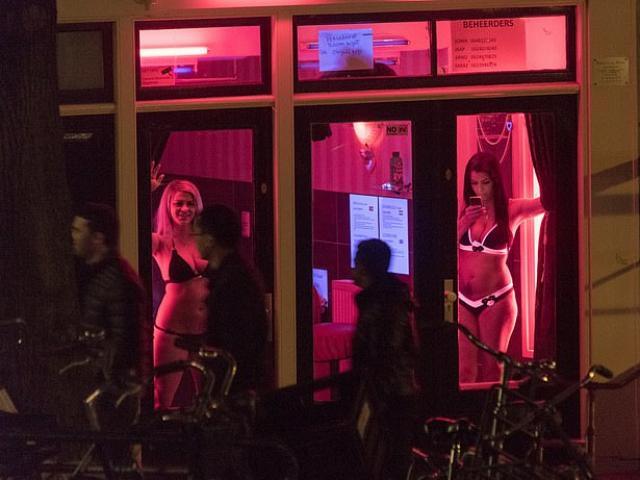 Kí ức kinh hoàng của cô gái bị ép làm nô lệ tình dục ở phố đèn đỏ Hà Lan
