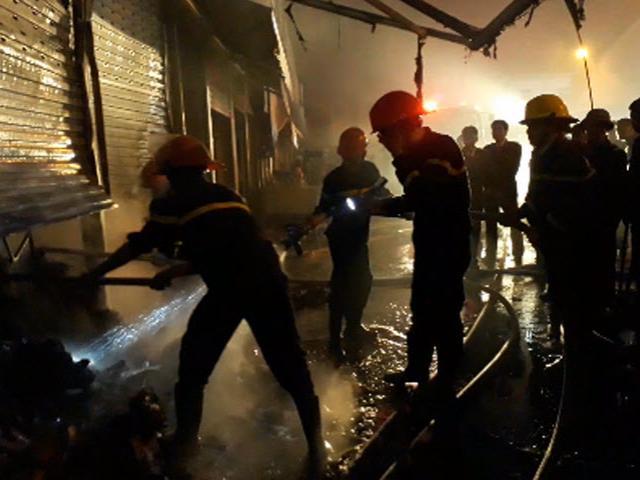 Cháy lớn tại chợ đầu mối lớn nhất Thanh Hóa trong đêm