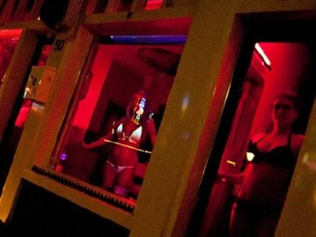 """Gái mại dâm ở phố đèn đỏ Hà Lan """"khốn đốn"""" vì khách du lịch"""