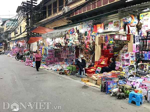 Khắp cả dãy phố Chả Cá, tiểu thương bày tràn lan đồ chơi ra vỉa hè bày bán, mà không hề gặp bất kỳ khó khăn, trở ngại nào.