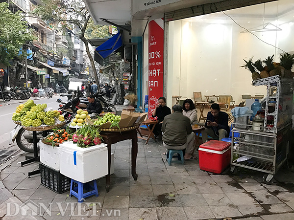 Quầy hoa quả và hàng nước được chủ nhà số 4 phố Lò Rèn thoải mái bày ra tận ngã tư để tranh thủ kiếm thêm thu nhập vào dịp Tết.