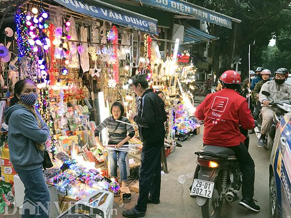 Cách phố Cao Bá Quát không xa, tại ngã ba Trần Phú - Lý Nam Đế, giao thông thường xuyên ùn tắc vào khung giờ cao điểm. Các tiểu thương bày bán đèn trang trí hết lên vỉa hè và còn tràn xuống cả lòng đường. Mỗi khi có khách dừng lại bên lề đường tranh thủ mua đồ là hàng dài người phía sau thi nhau bấm còi inh ỏi để giục người mua di chuyển.