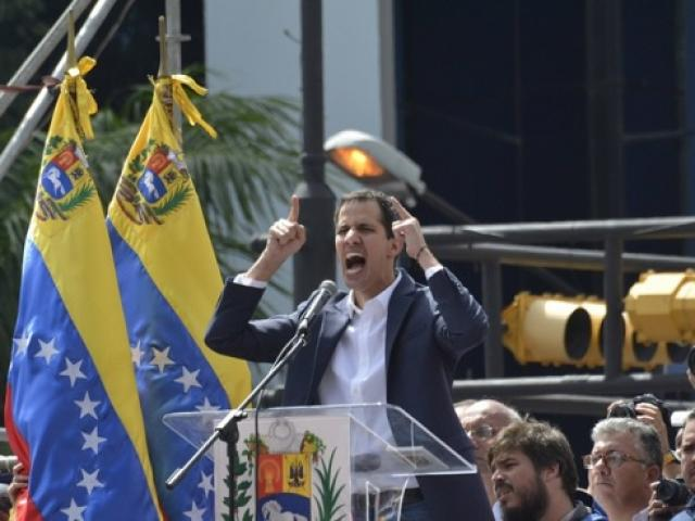 Tổng thống Venezuela thứ hai bất ngờ tái xuất trên đường phố