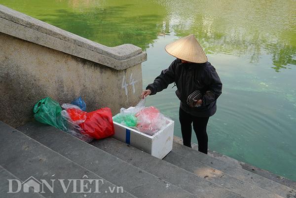 Thả cá tiễn ông Công ông Táo về trời là truyền thống văn hoá lâu đời của người Việt. Tuy nhiên, vào ngày này, vấn nạn ô nhiễm vẫn luôn nhức nhối.