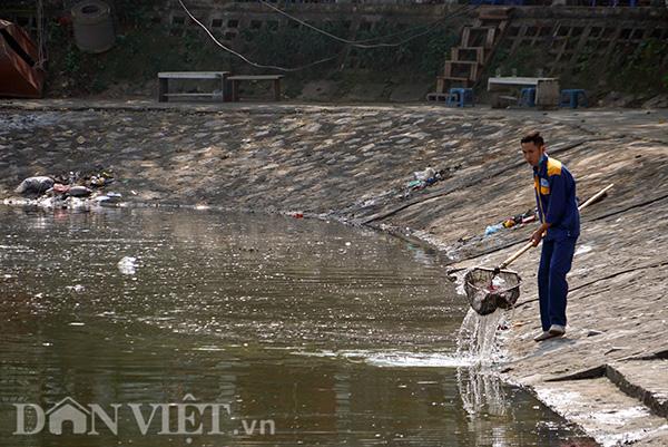 Lực lượng dọn vệ sinh tại hồ Hoàng Cầu cho biết, do số công nhân ít, mà lượng rác quá lớn nên không thể làm xuể. Riêng sáng 23 tháng chạp, 4 công nhân đi dọn quanh hồ, nhưng cứ dọn xong, quay lại, lượng rác lại nổi lên như cũ.