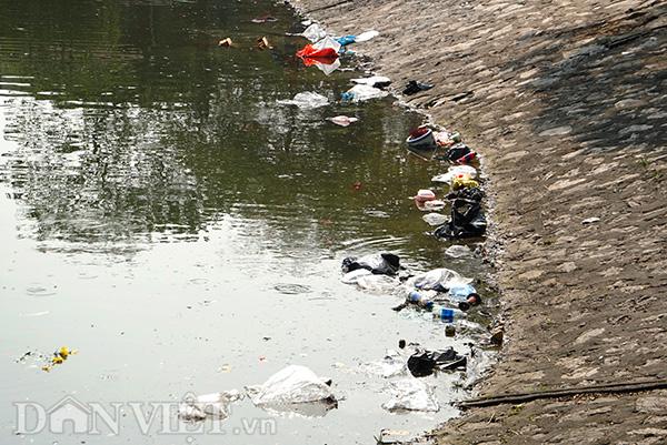 Ven hồ Hoàng Cầu, quận Đống Đa, ngập tràn túi nilon, bát hương, hay thậm chí là cả bàn thờ, hoa cúng... của ngày Táo quân.