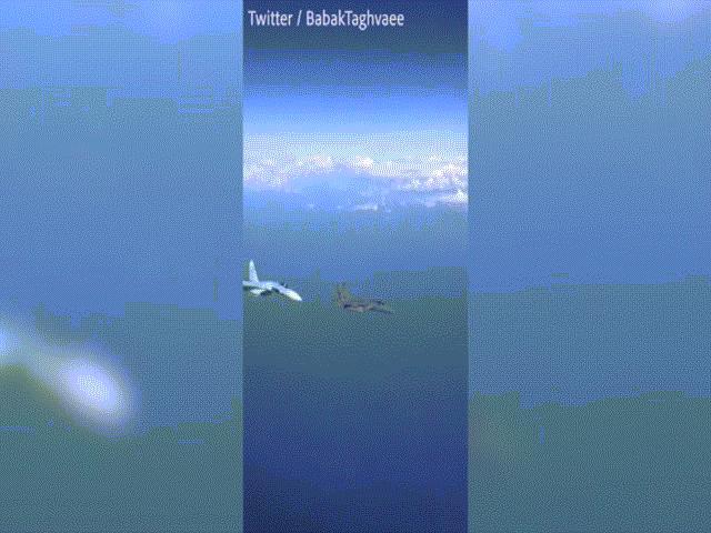 """Khoảnh khắc Su-27 Nga """"tạt đầu"""", áp sát chiến đấu cơ Mỹ vài mét"""