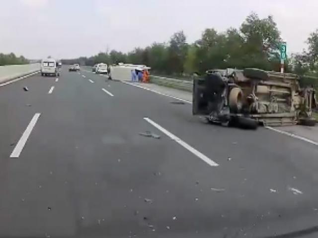 Xe khách lật nhào, xe bán tải bẹp rúm trên cao tốc, 5 người bị thương