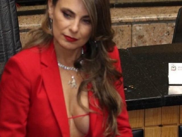 Mặc trang phục hở hang, nữ nghị sĩ gây náo loạn quốc hội Brazil.