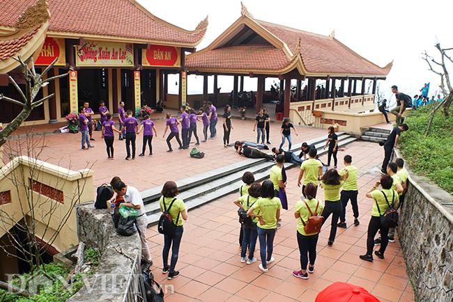Tại khuôn viên chùa Hoa Yên, thuộc quần thể Yên Tử, một nhóm khoảng 30 người vô tư nằm bò ra đất.