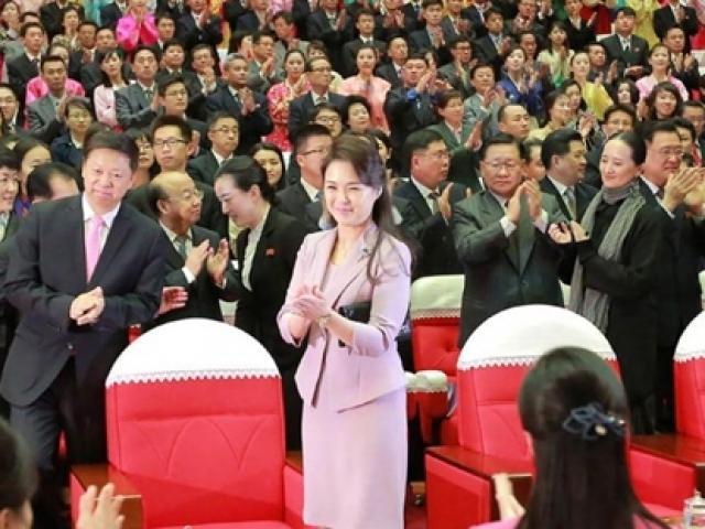 """Vợ đẹp của ông Kim Jong-un: """"Cơn sốt thời trang"""" tại Triều Tiên"""