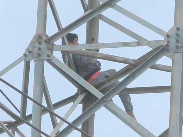 """Người đàn ông """"ngáo đá"""" cố thủ 36 giờ ở độ cao 40 m trên cột điện cao thế"""