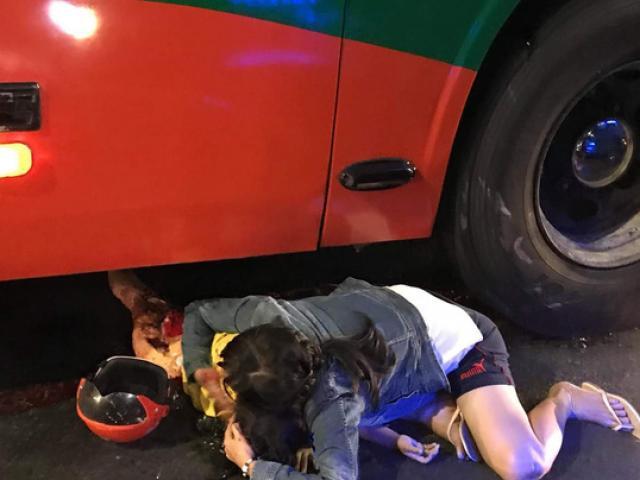 Người mẹ gào khóc ôm con gái đang hấp hối dưới bánh xe khách