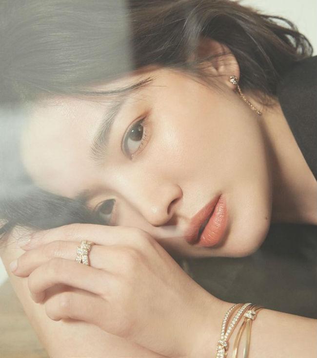 giua bao tin don ly hon chong tre, song hye kyo van la