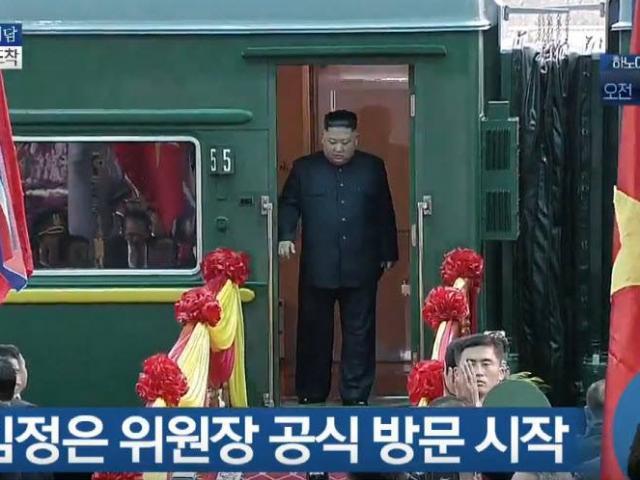 Clip: Chủ tịch Kim Jong Un vẫy tay chào, mỉm cười với người dân ở Đồng Đăng