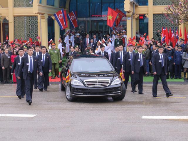 Dàn cận vệ tinh nhuệ chạy theo xe chở ông Kim Jong Un ở Việt Nam