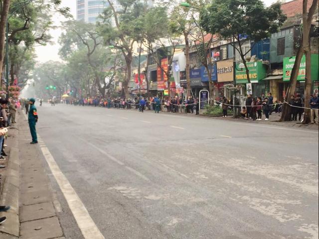 Người dân Hà Nội đứng 2 bên đường chào đón ông Kim Jong Un