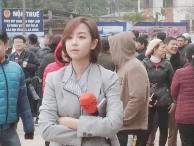 Nữ phóng viên truyền hình gây chú ý vì thần thái xinh đẹp ở ga Đồng Đăng