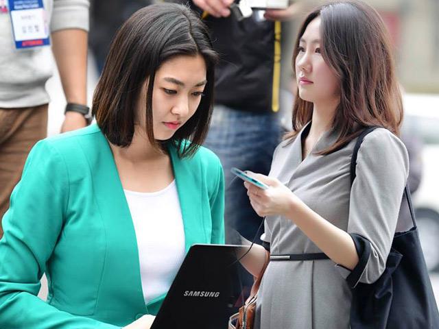 Nữ phóng viên Hàn đẹp như minh tinh tác nghiệp tại Hội nghị Thượng đỉnh
