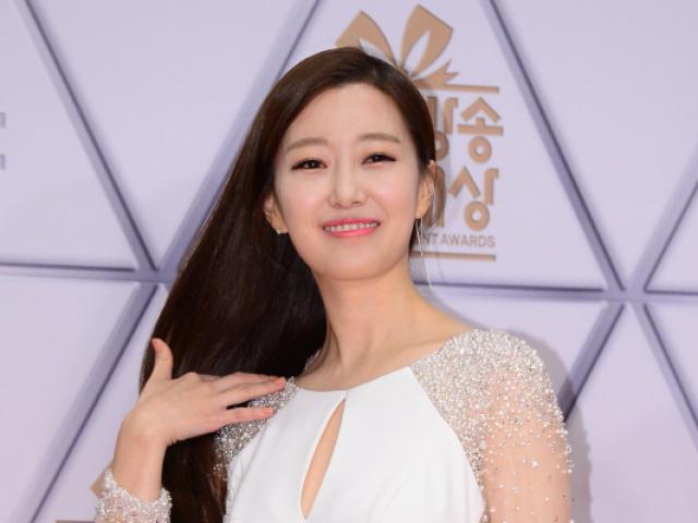 """Nhan sắc nữ MC tác nghiệp trên nóc khách sạn Daewoo gây """"sốt mạng"""""""