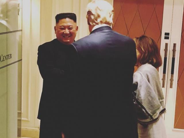 Bức ảnh ông Kim tươi cười tạm biệt ông Trump sau thượng đỉnh ở Hà Nội