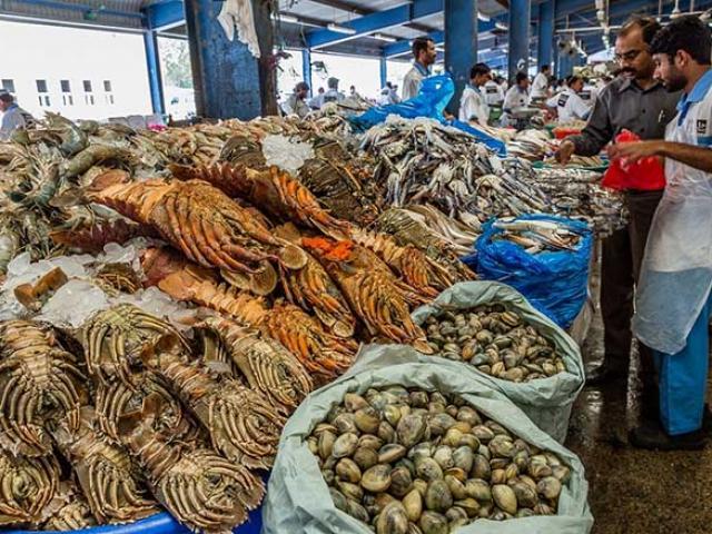 Dubai nổi tiếng xa xỉ, ngay cả chợ hải sản cũng hoành tráng như thủy cung