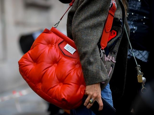 Mốt túi kỳ dị: Rủ nhau ôm gối ngủ ra đường