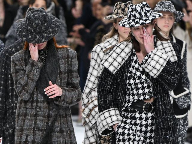 Người mẫu òa khóc trên sàn diễn cuối cùng của Karl Lagerfeld