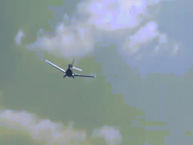 Rùng mình khoảnh khắc máy bay rơi tan tành sau khi nhào lộn trên không