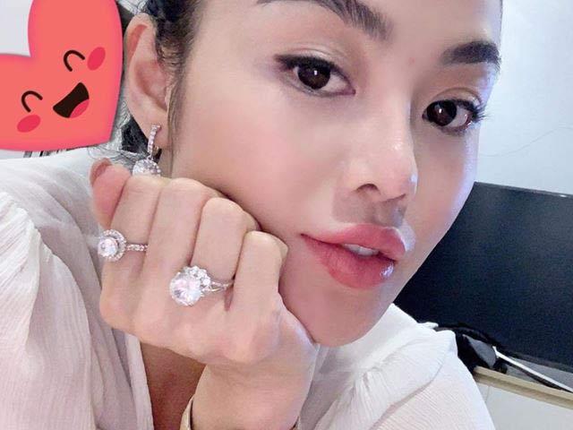 Julia Hồ tiết lộ về chiếc nhẫn kim cương 7 tỷ đồng