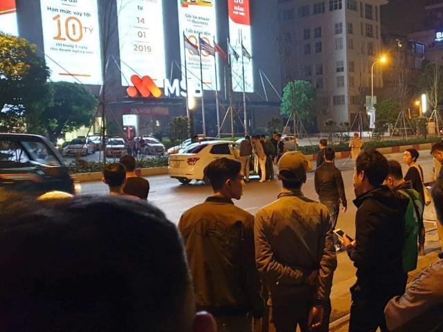 Sau va chạm, tài xế ô tô đâm gục người đi xe máy trên phố Hà Nội