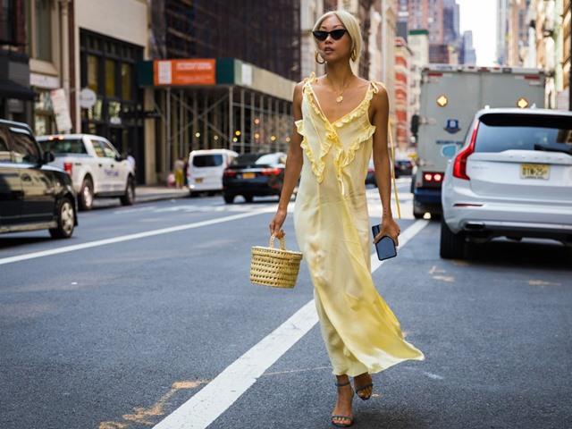 Xuân hè cứ diện váy ngủ ra đường là mát, nhưng nên mặc thế nào?