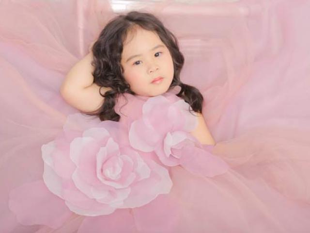 Mẫu nhí 5 tuổi gợi ý cách hóa búp bê với váy bồng bềnh