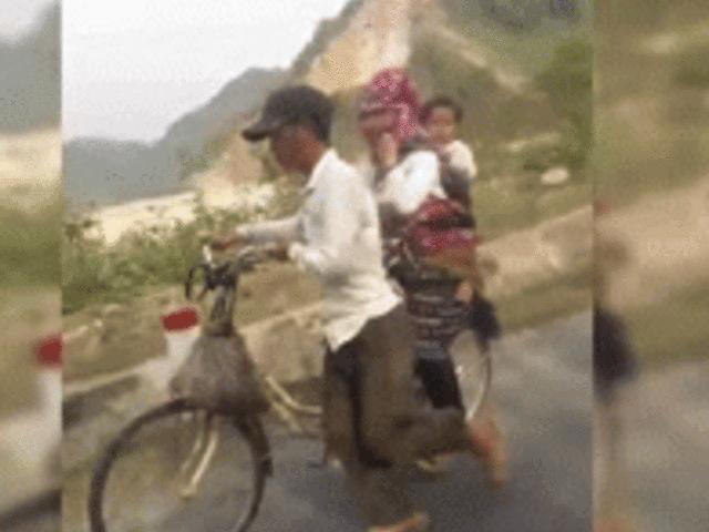 """Video: Cảnh ít tiền đi xe đạp đầy cảm động """"gây sốt"""" dân mạng Việt"""